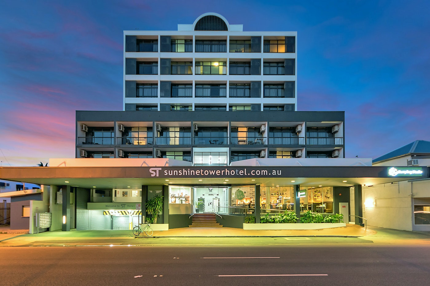 Enterance to the cairns hotel The Sunshine Tower Hotel